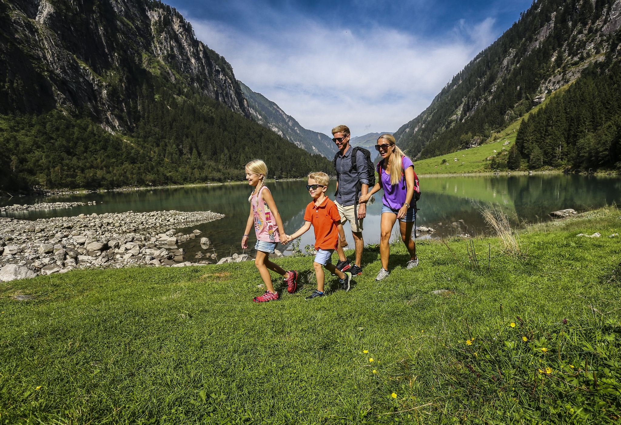 Familie am Wandern im Zillergrund im Zillertal