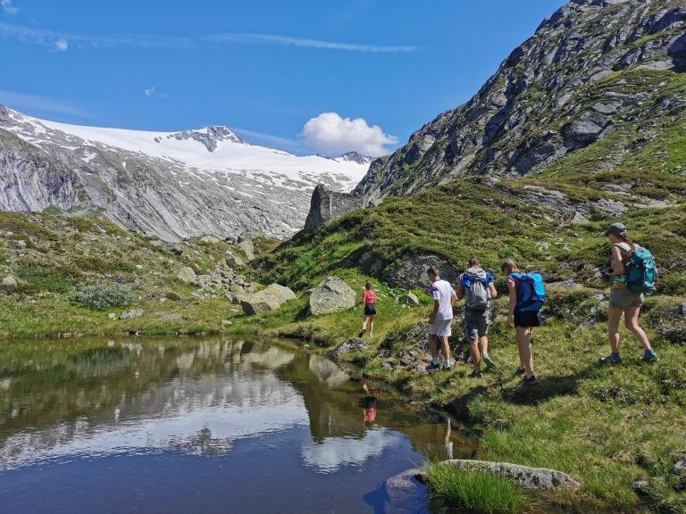 Wanderung über Bergsee im Zillertal