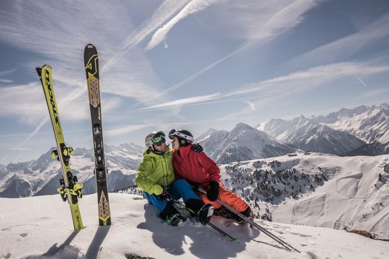 Zwei Skifahrer auf der Piste